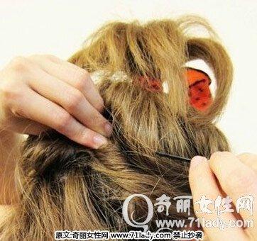 以上是有关夏季短发发型扎法图解,教你怎么扎简单好看的具体步骤