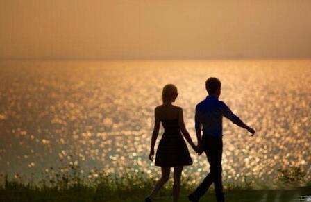 照片中的二人,手牵手走在海边的夕阳下,温馨浪漫.