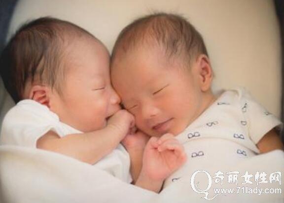 李心洁晒双胞胎儿子满月照 首度晒孕肚感叹孕育孩子的