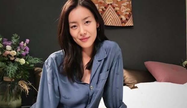 """晚安!""""照片中,刘雯身穿睡衣,披着长发,素颜十分漂亮."""