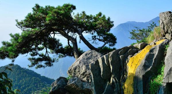 庐山风景区在锦绣谷到仙人洞的途中,可以看到,一块悬崖上面的巨石