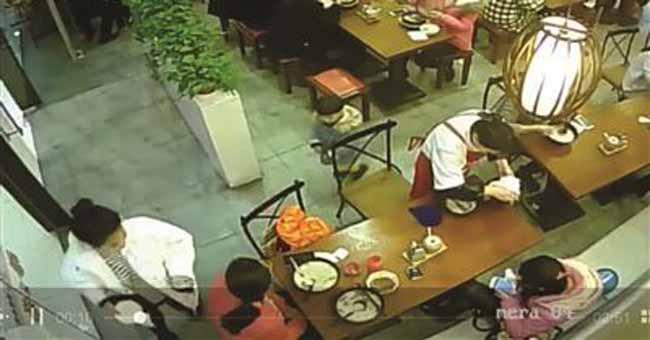用餐厅碗给孩子接尿