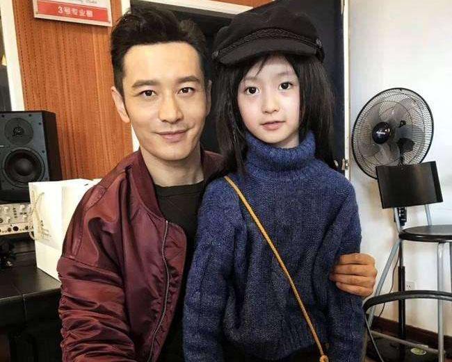 娱乐 > 黄晓明与童星合影     黄晓明是中国很出名的男明星,自从与